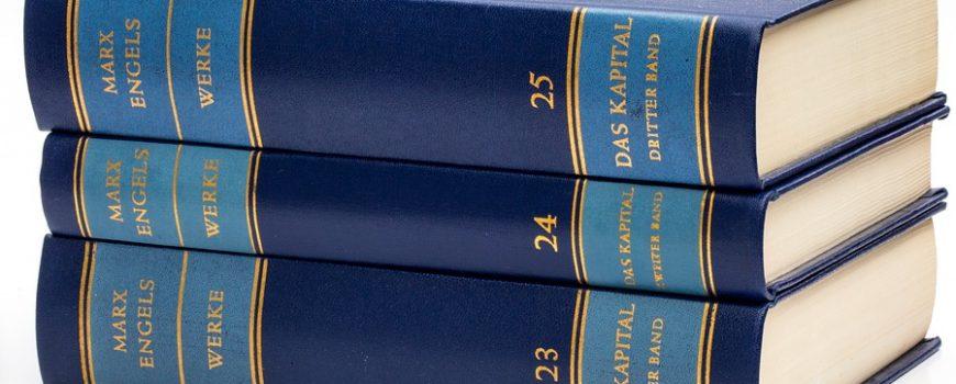 """blaue_marx_engels_gesamtausgabe drei Bände der Marx-Engel-Gesamtausgabe die """"Das Kapital"""" umfassen."""