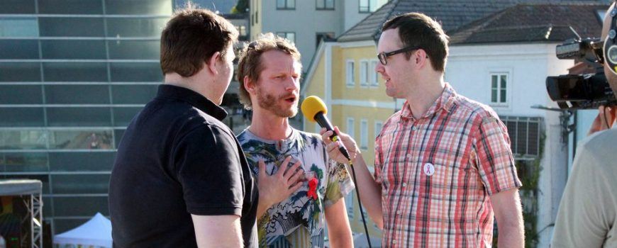 Michael Diesenreither im Gespräch mit der Aidshilfe OÖ Foto: HOSI Linz