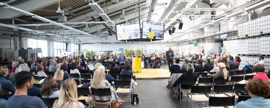 Zusammenhelfen-Konferenz Credit: Tom Mesic, Quelle: https://ars.electronica.art/aeblog/de/2018/08/14/helpers-conference/