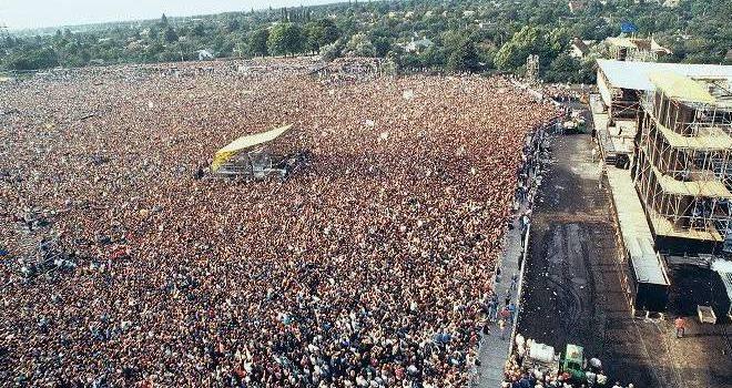 Bruce Springsteen gibt Konzert in Ostberlin Blick über die rund 150 000 Fans beim Konzert des amerikanischen Rockmusikers Bruce Springsteen am 21. Juli 1988 in Ost-Berlin (DDR).