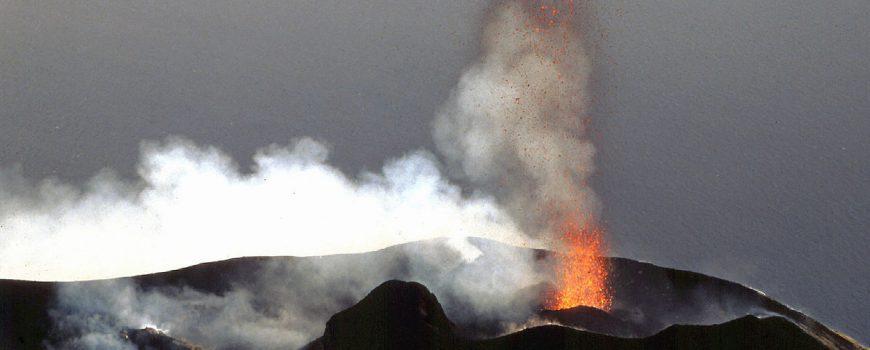 1280px-Stro_90-13 Stromboli während eines Ausbruches. Foto: Rolf Cosar,  Lizenz CC BY 2.5
