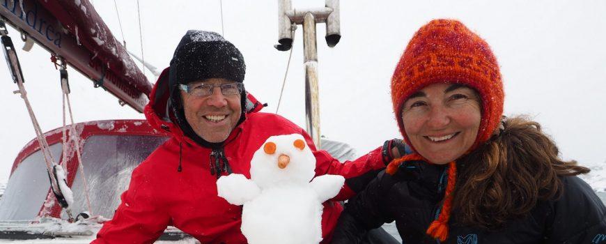 P5250411pk_see Doris, Schneeman und Wolfgang am winterlichen Deck ihres Segelbootes