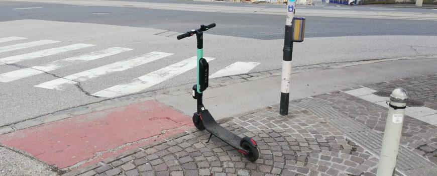 IMG_20190516_182702 E-Roller an Kreuzung in Linz-Urfahr ©Johannes Mayerbrugger