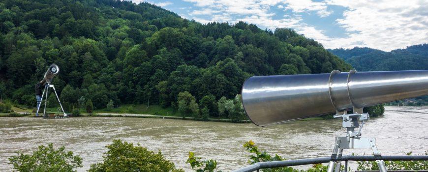 Blick-St.Nikola-Neustadtl_überdimensional_a Fotomontage Megaphone (Ruf gegen die Grenze)