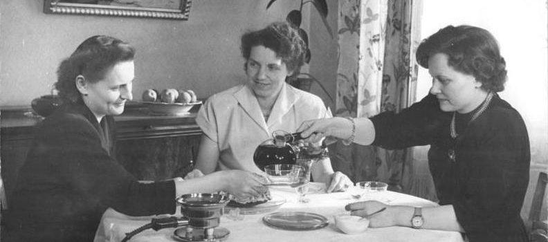 Kaffeetafel, Jenaer Glas Foto: Wikipedia / Bundesarchiv