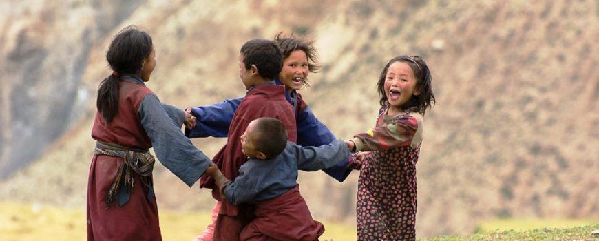 Nepal Tanzende Kinder in Nepals Hochland