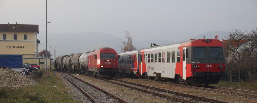 DSC05606 Regionalzug 6243 nach Horn kreuzt mit Güterzug im Bf Furth-Palt