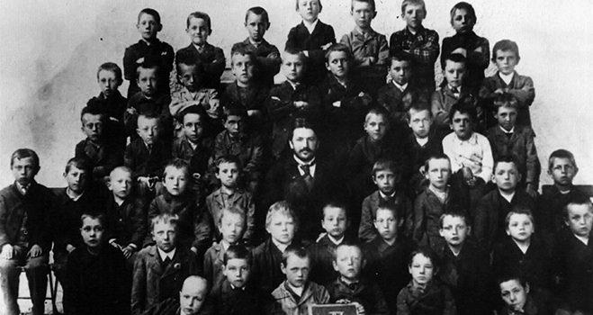 Hitler in der Volksschule Gruppenbild der vierten Volksschulklasse, Hitler in der obersten Reihe Mitte.