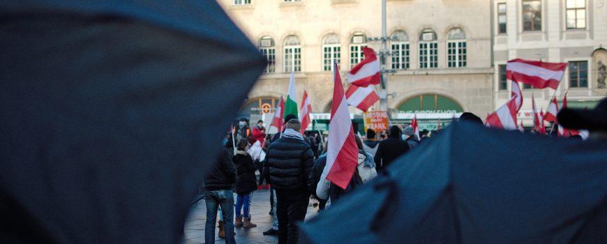 """Doku Service Steiermark Auf der Suche nach """"Schuldigen"""" – Triebkräfte der Pandemie-Leugner*innen"""
