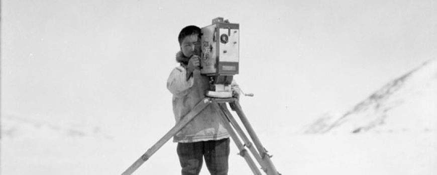 "Videoproduktion leicht gemacht ""An Innu with Mr. George Valiquette's movie camera (Hudson Strait Expedition), Wakeham Bay, Nunavik, Quebec, 1928 / Un Innu manipule la caméra de M. George Valiquette (expédition dans le détroit d'Hudson), Wakeham Bay, Nunavik (Québec), 1928"" by BiblioArchives / LibraryArchives is licensed under CC BY 2.0"