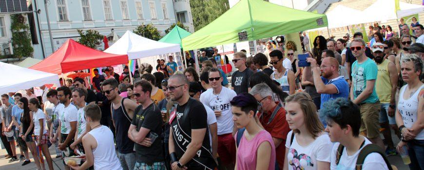 4eb57c593f2ea05c5ea2a2a1a604f4e3.jpg HOSI Linz (Gerhard Niederleuthner), Schweigeminute beim Linz Pride 2016