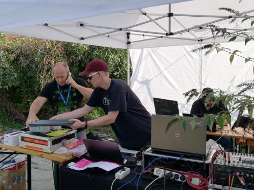 Klangwolke 2020 - Fadi Dorninger und Lukas beim MobilMic Aufbau